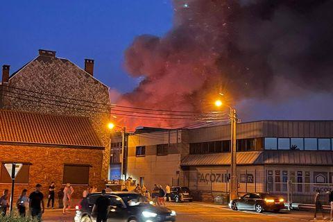 A Gilly, les hangars de Glass Design dévastés par les flammes