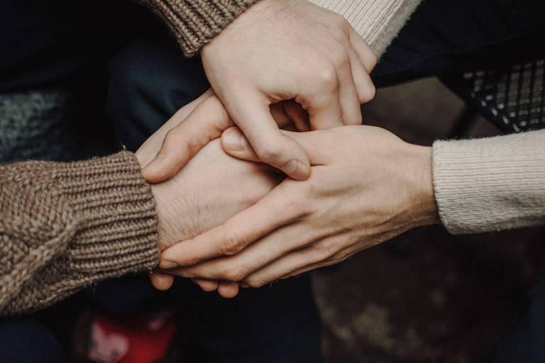 Rendre le monde fraternel : comment tenir la main de la personne vulnérable en temps de confinement ?