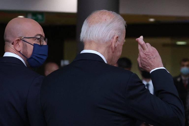Le président américain Joe Biden croise les doigts en répondant aux journalistes sur l'accord du conflit commercial Boeing-Airbus, à côté du président du Conseil européen Charles Michel avant un sommet UE - Etats-Unis à Bruxelles le 15 juin 2021.