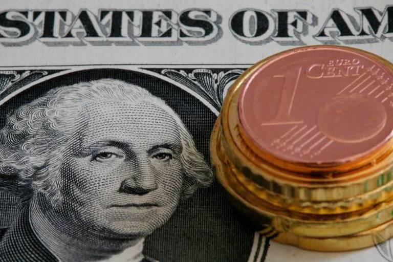L'euro grimpe face au dollar, inquiétude sur les relations russo-américaines