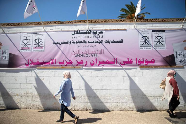 Des passants marchent devant des bannières électorales à Rabat, jeudi 2 septembre 2021, quelques jours avant les élections législatives et régionales.
