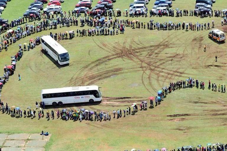 Plusieurs kilomètres de file pour voir Mandela