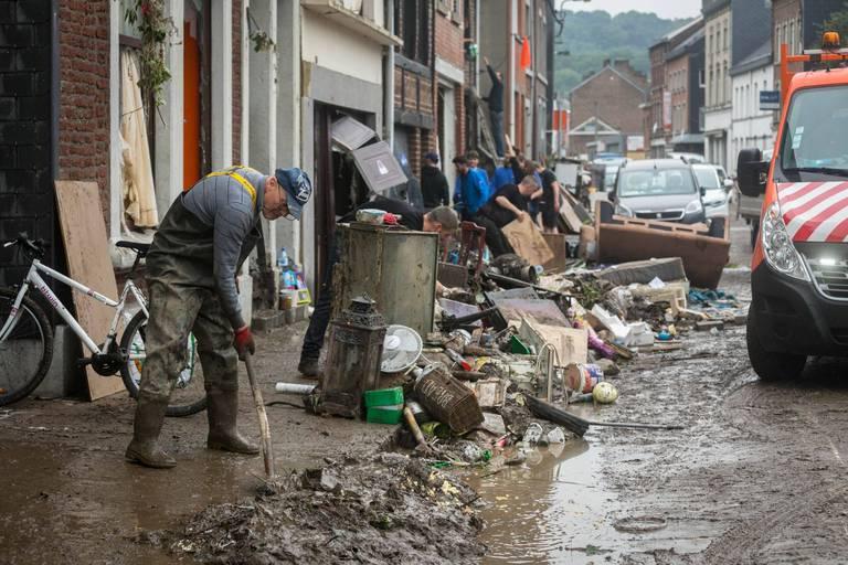 """Inondations : les opérations de nettoyage et de secours gênées par le """"tourisme de catastrophe"""""""
