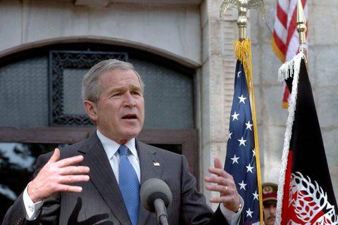 """George W. Bush estime que les États-Unis ont """"la responsabilité"""" d'évacuer les Afghans menacés"""
