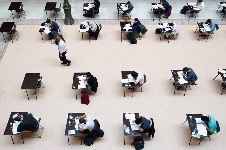 """Des étudiants du supérieur inquiets à l'approche des examens: """"Nous avons peur de relancer l'épidémie"""""""