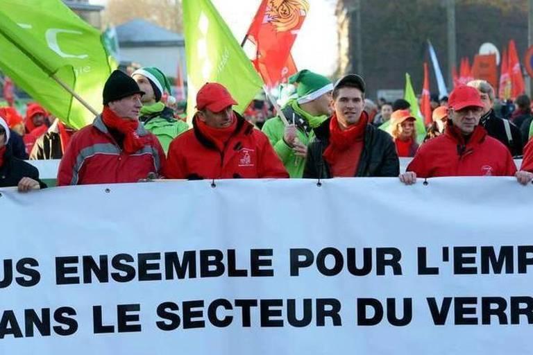 Manifestation pour soutenir le secteur verrier à Roux
