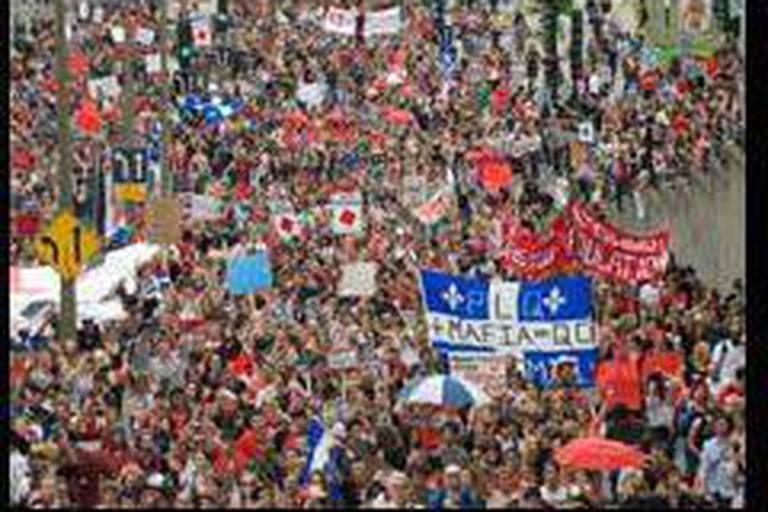 Des milliers de Montréalais investissent la rue