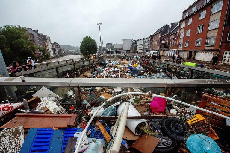 Les déchets s'amoncellent à Verviers, une des localités fortement touchées par les inondations.