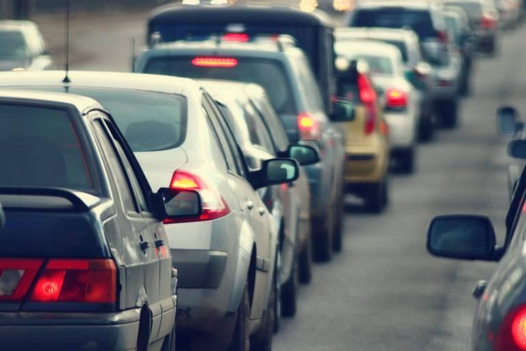 """""""Samedi noir"""" sur les routes: un pic de plus de 1000 kms de bouchons atteint en France"""