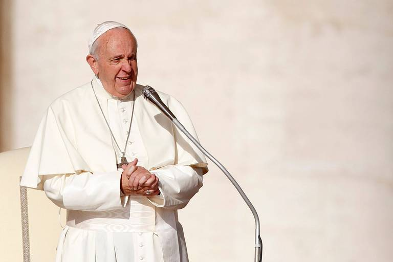 """Opération du pape : l'intervention a été plus invasive que prévu, mais """"il se trouve dans de bonnes conditions générales"""""""