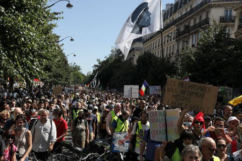 Manifestation anti-pass à Paris: une enquête ouverte sur des pancartes jugées antisémites
