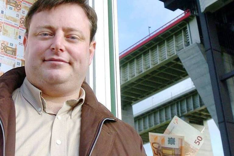 BRU31 - 20050106 - THIEU, BELGIUM : N-VA Bart De Wever pictured in front of the Strepy-Thieu lift, Thursday 06 January 2005 in Thieu, during an action called stop de transfers, start the solidarity. BELGA PHOTO VIRGINIE LEFOUR