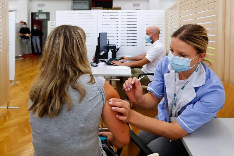 Johnson & Johnson affirme qu'une deuxième dose de son vaccin renforce l'efficacité jusqu'à 94% contre le Covid