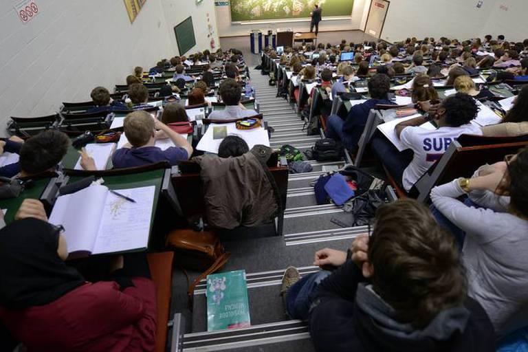Plus de 60 étudiants en médecine attaquent l'examen d'entrée, avec peu de chances d'aboutir