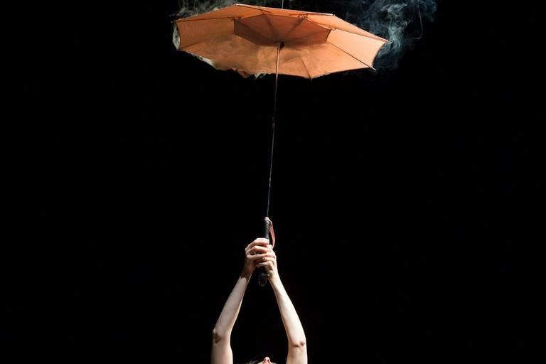 """Anne Claire dans """"Oh les beaux jours"""" de Samuel Beckett, mis en scène par Michael Delaunoy (Rideau de Bruxelles)."""