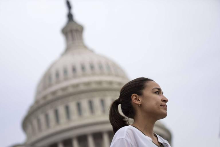 """""""Je pensais qu'ils n'allaient pas seulement me tuer"""": Alexandria Ocasio-Cortez revient sur l'insurrection du Capitole"""