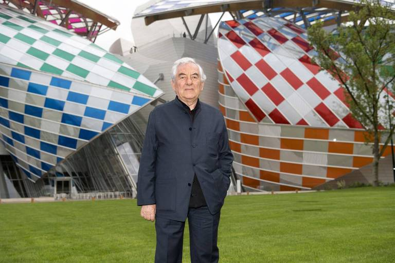 Daniel Buren devant la Fondation Vuitton à Paris