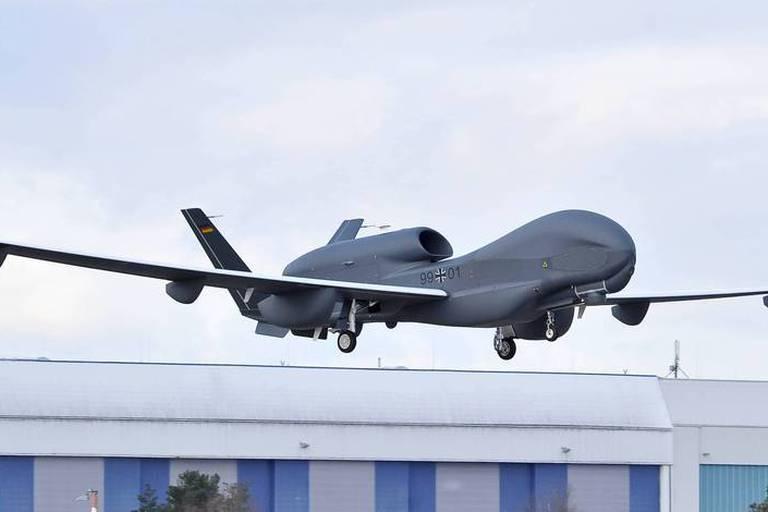 Dans le domaine militaire, les robots servent d'abord à l'observation et au transport