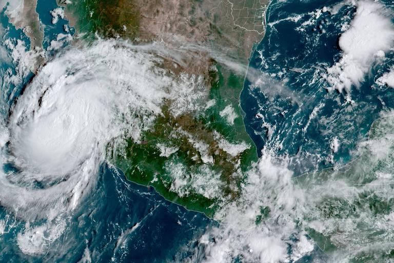 L'ouragan Olaf se renforce et touche la côte mexicaine