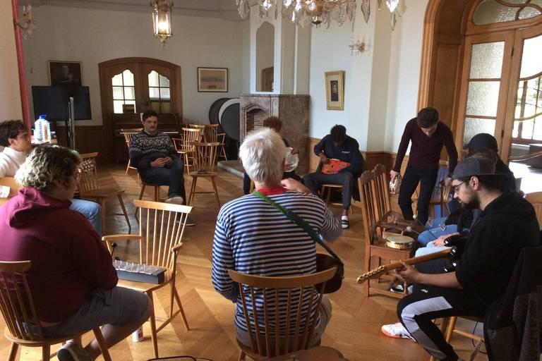 Les huit participants à la résidence ont dû créer ensemble une mélodie, chacun venant avec sa tradition musicale.