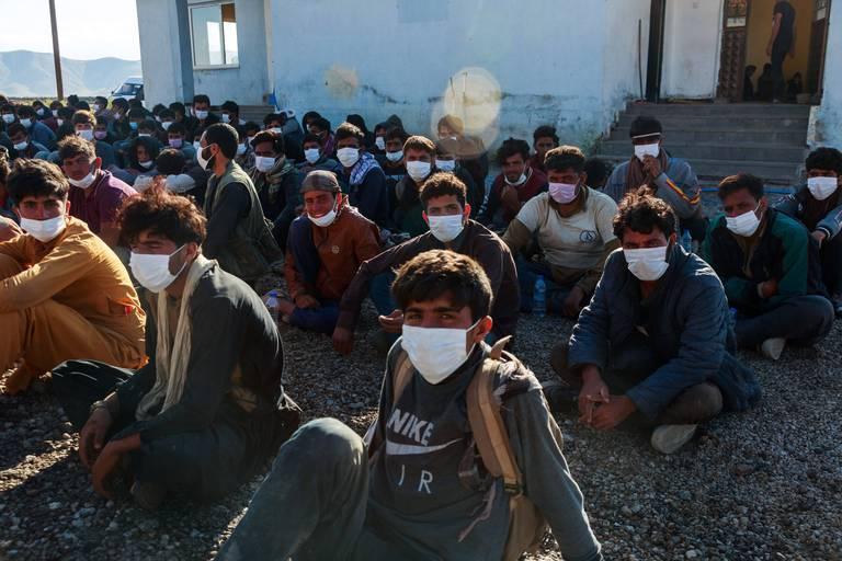 Une photo du 3 août. Près de 400 migrants venus d'Afghanistan, d'Iran et du Pakistan arrêtés par la police turque à la frontière avec l'Iran.