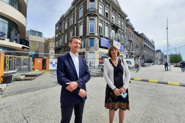 François-Philippe Van Goethem, responsable immobilier à Sambrinvest, en compagnie de sa CEO Anne Prignon, en mai, sur le chantier du futur siège de l'invest carolo.