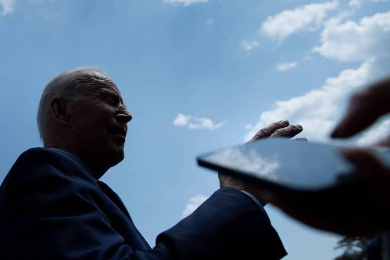 """Vaccins et désinformation: Biden accuse les réseaux sociaux de """"tuer des gens"""", Facebook réagit"""