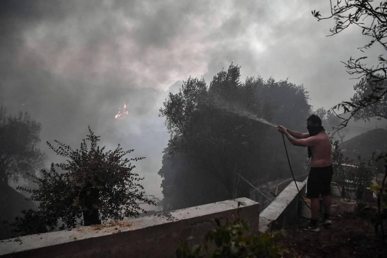 """Un linceul de cendres entoure Athènes : """"Comment nous, Athéniens, allons respirer dorénavant ?"""""""