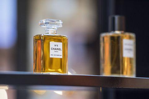 La récolte du jasmin bât son plein pour le parfum Chanel N°5, le plus vendu au monde