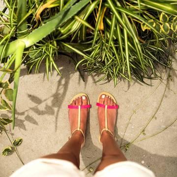 La You Belize, sans bride passant entre les doigts de pied.