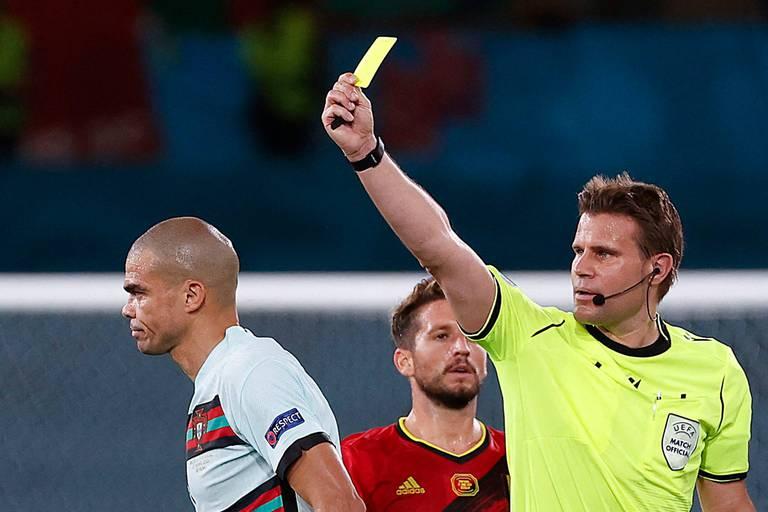 """L'arbitre de Belgique-Portugal, choisi pour la demi-finale de ce soir, taclé par la presse italienne: """"Un désastre"""""""