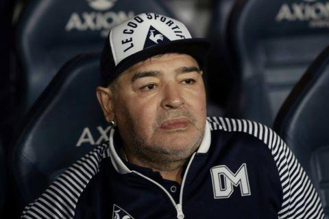 """Décès de Maradona: l'ancien footballeur aurait agonisé, """"abandonné à son sort"""""""