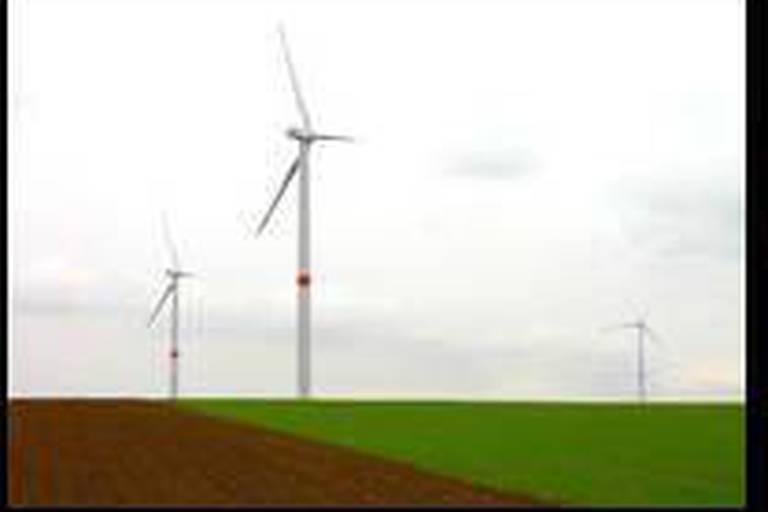 Deux éoliennes par village