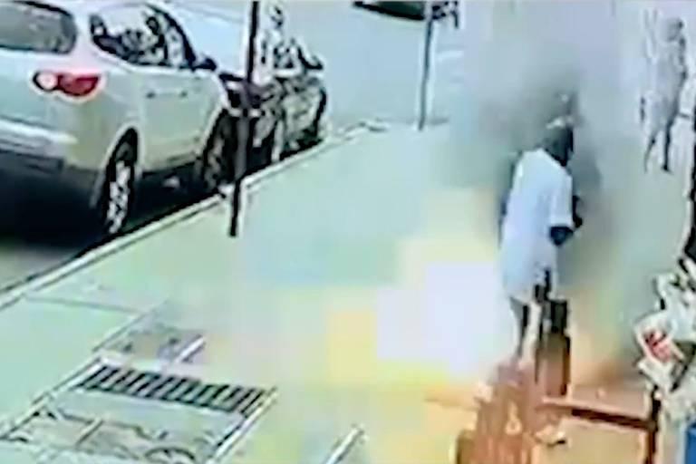 Un homme frôle la mort à cause d'une explosion en plein milieu de New-York (VIDEO)