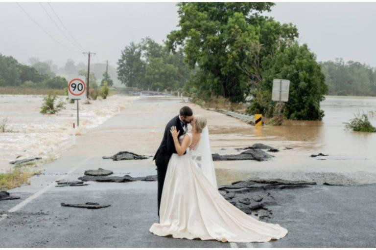 Bateau, hélicoptère... : le mariage improbable et miraculeux de jeunes Australiens en pleine inondation