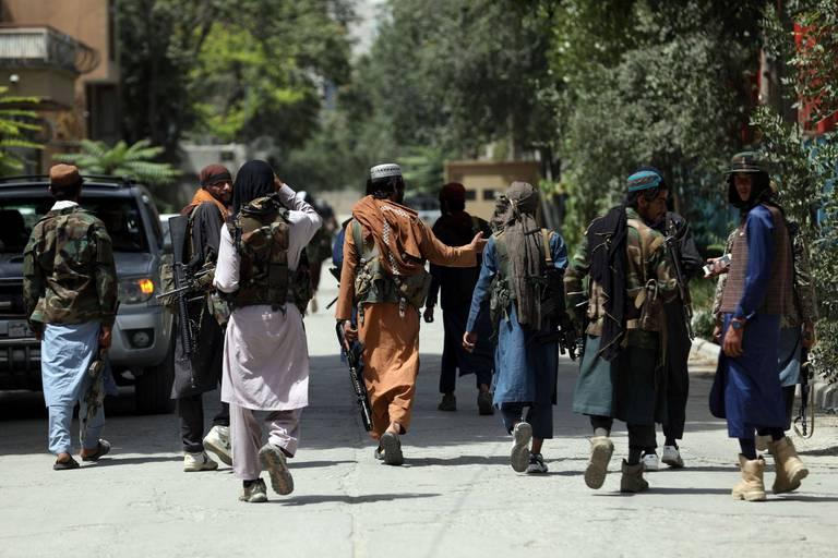 """Des photos dévoilent la façon dont les talibans sèment la terreur à l'aéroport de Kaboul: """"C'était choquant à voir"""""""