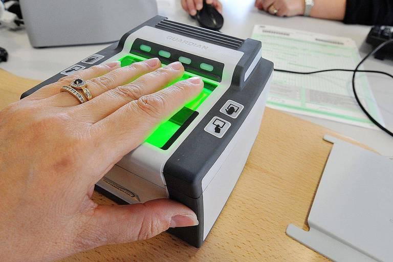 ©PHOTOPQR/VOIX DU NORD - Lille, le 25/03/2009 : Le nouveau passeport biometrique sera mis en service le vendredi 27 mars dans le departement du Pas de Calais. La technicite accrue de ces nouveaux passeports (photo numérisee, puce avec empreintes digitales) fait qu'ils ne pourront pas être délivres dans toutes les mairies. sur la photo : Harnes fait partie des 27 communes ou sont implantes les dispositifs de recueil des donnees biometriques. photo Christophe LEFEBVRE La Voix du Nord