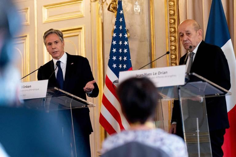 Antony Blinken (gauche) et Jean-Yves Le Drian (droite) mettent la pression sur Ebrahim Raïssi.
