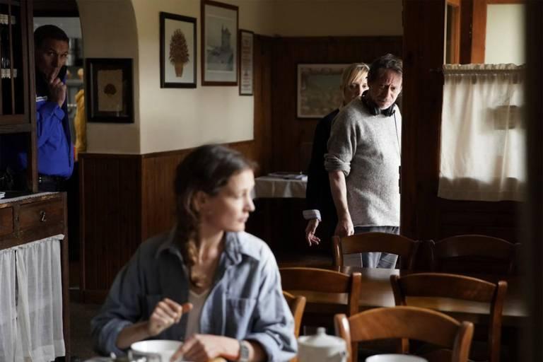 """Mathieu Amalric, dirigeant Vicky Krieps sur le tournage de """"Serre-moi fort"""" dans les Pyrénées."""