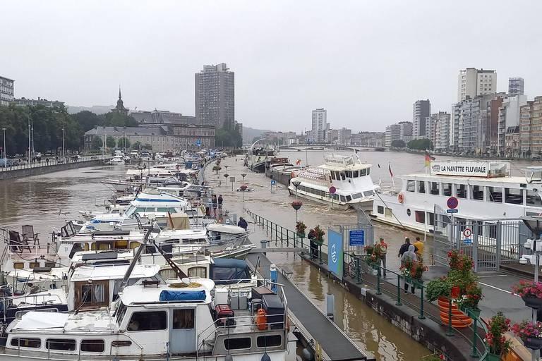 Une péniche coule à Liège et est emportée par le courant (VIDEO)