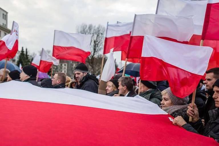 """Pologne: des milliers de manifestants en rue pour """"défendre la démocratie"""""""