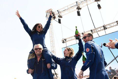 Richard Branson (gauche) et son équipage étaient d'humeur festive après ce premier vol historique.
