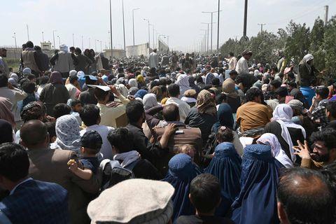 """Situation toujours très tendue à l'aéroport de Kaboul où de nombreux Belges ne parviennent pas à être évacués : """"Les talibans sont partout"""""""