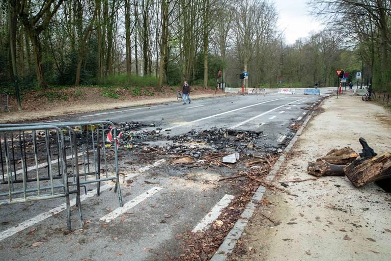 """Au lendemain de """"La Boum"""", les traces des affrontements sont toujours visibles au Bois de la Cambre"""