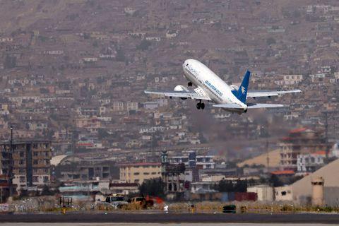 """A l'aéroport de Kaboul, les """"dernières femmes"""" retravaillent malgré la peur"""