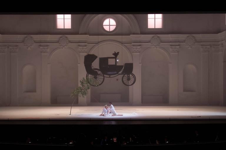 Don Giovanni, en blanc et à l'église