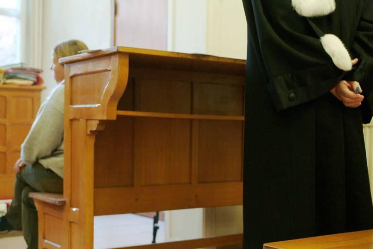Croquis de justice: entre soigner ses enfants ou payer ses dettes, Barbara a choisi