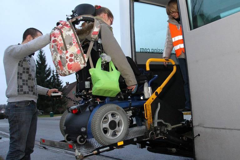 Pour aller à l'école, 400 enfants handicapés passent chaque jour plus de 4 heures dans le bus...
