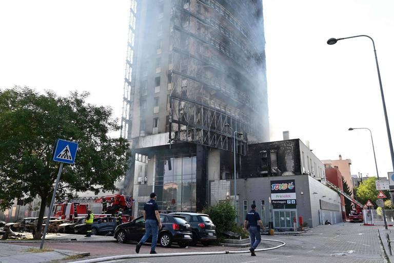 L'immeuble de Milan toujours en proie aux flammes