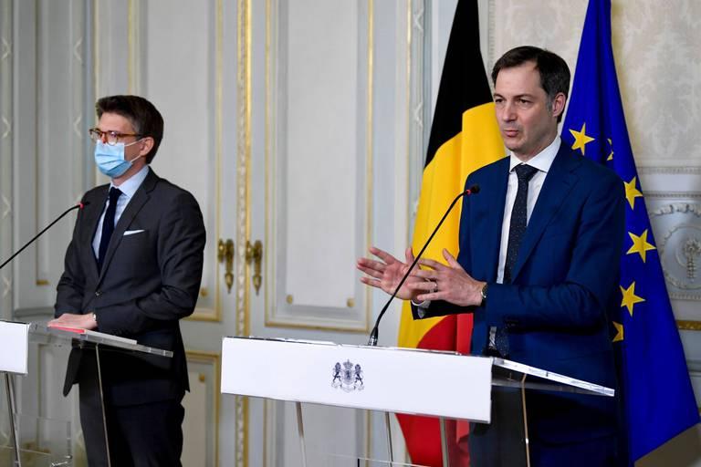 Pierre-Yves Dermagne, ministre de l'emploi, et Alexander de Croo, premier ministre.